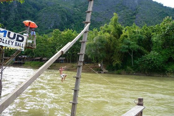 Aquí uno de los chicos tirandose al río en el rope swing