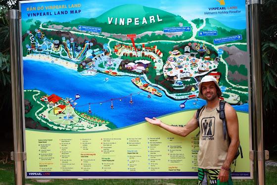Acá estoy yo enfrente del mapa de la isla Vinepearl