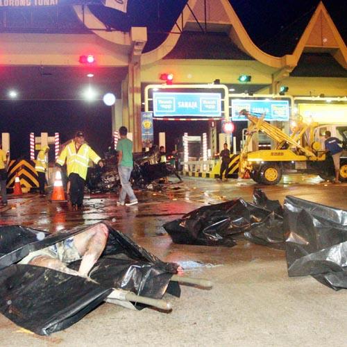 Tiga beradik maut kemalangan ngeri di plaza tol sungai dua
