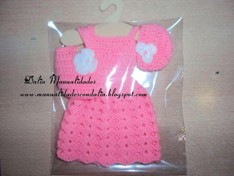 vestido rosa para barbie con perchita