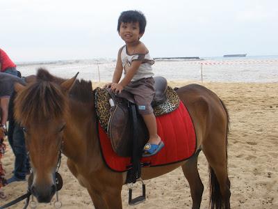 afi seksi yang mmg takkan lepaskan peluang untuk horse riding. hani takmo naik..