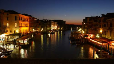 Image of Venice at night from the Rialto bridge