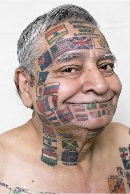 el hombre con todas las banderas del mundo tatuadas