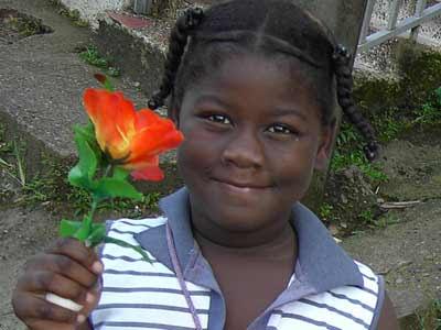 Una flor muestra otra flor. Esta niña de Quibdó iluminaba con su mirada. Sept. 2006