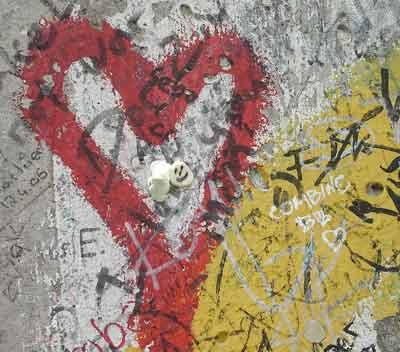 Un corazón en medio del dolor del Muro de Berlín. Agosto, 2007
