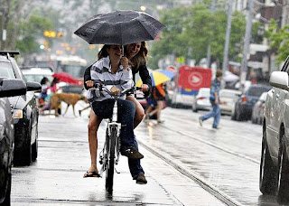 0421 rain is better with an umbrella - Image Copyright: Xander N'Dante / Toronto Bike Chic