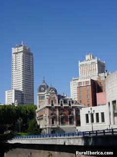 en azca hay un rascacielos que destaca entre los dems la torre picasso de un blanco impoluto y con sus metros de altura esta torre fue la ms alta