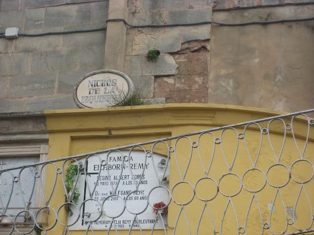 Nichos de la izquierda en el cementerio