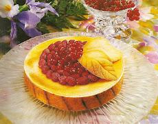 Torta com morangos silvestre e groselhas vermelhas