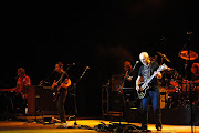 Empunhando sua guitarra Gibson Les Paul preta, o músico tirou do bolso It's .