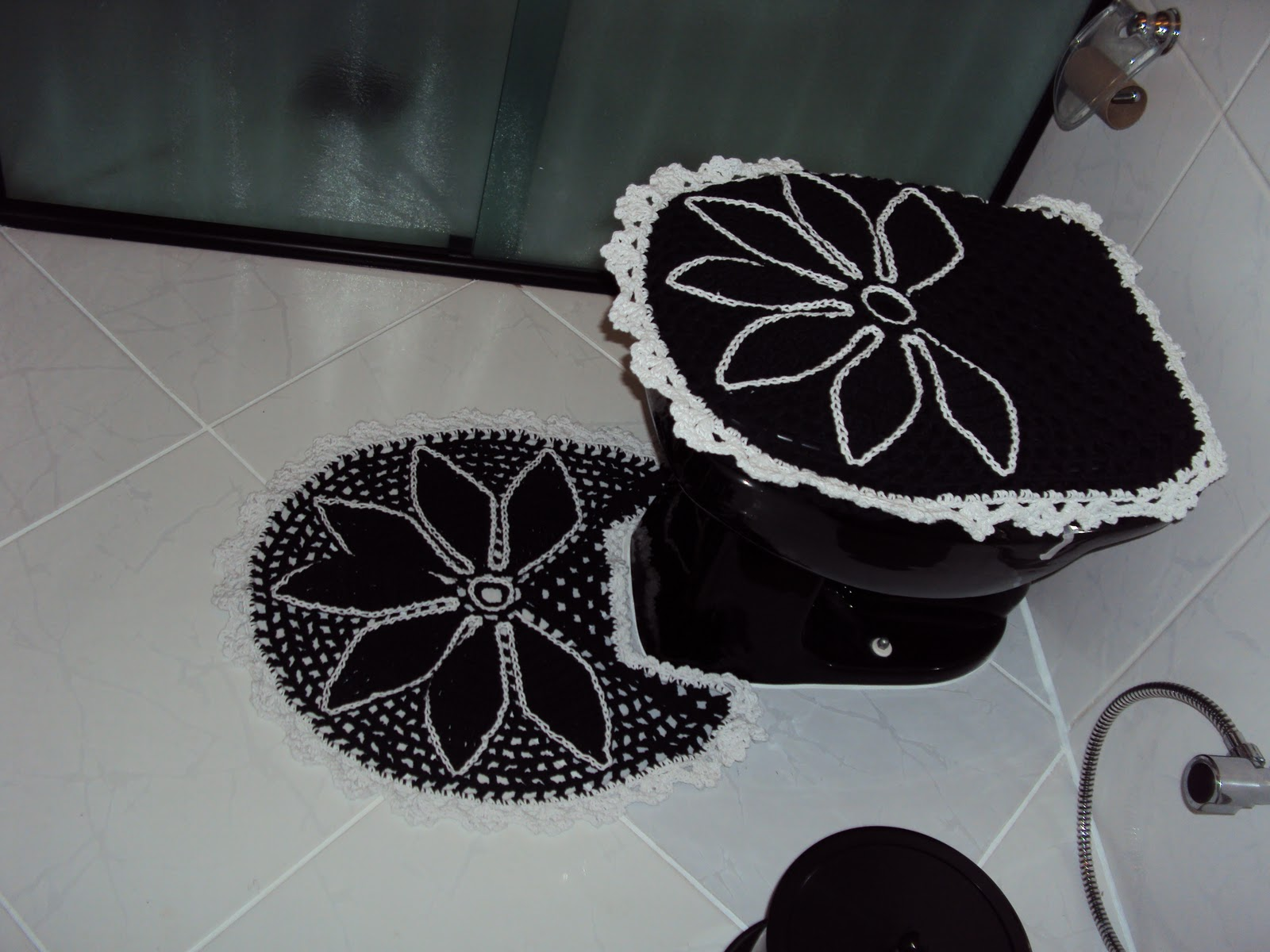 Art em Crochê: Jogo de Banheiro Pétalas Preto Branco #594F4E 1600x1200 Azulejos Banheiro Preto E Branco