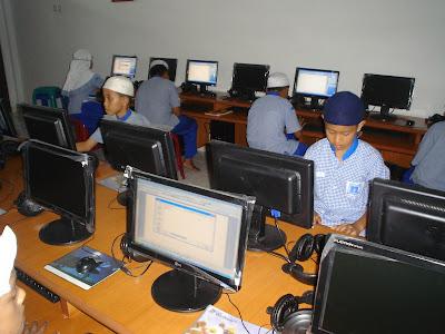 Siswa-siswi yang sedang asyik belajar TIK