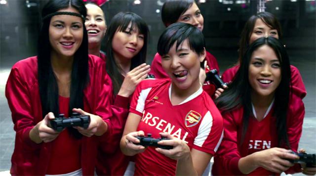 Chicas jugando al FIFA 11