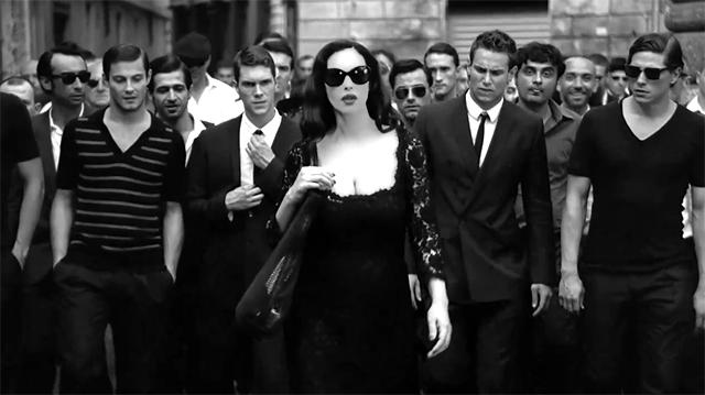 Mónica Bellucci bien rodeada en el anuncio de Martini Gold by Dolce&Gabbana