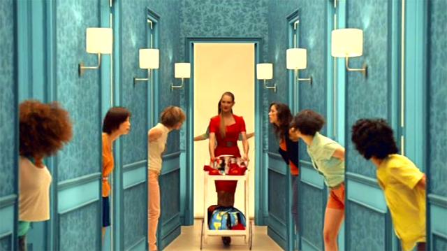 Lena Fishman es La Mujer de Rojo en el nuevo anuncio de Evax