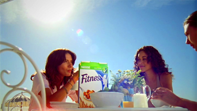 Tres chicas disfrutando de un desayuno Fitness