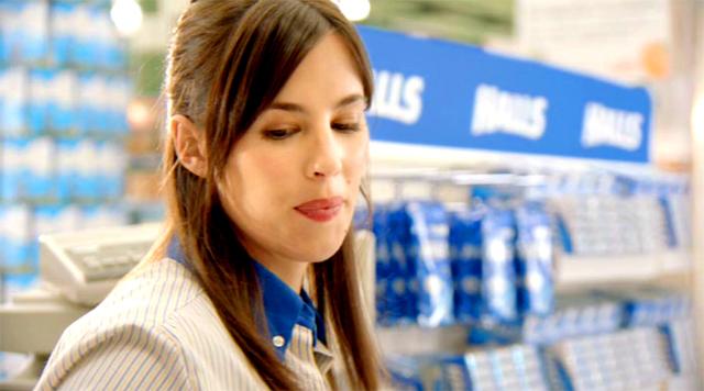 Cajera de supermercado protagonista del anuncio Halls Cajera - Despeja tu mente, despeja tu mundo Enero 2011