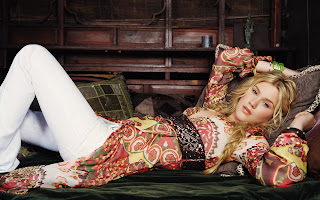 Joss Stone Lying on Sofa Wallpaper