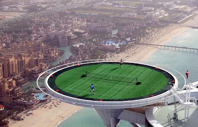 Lapangan tennis setinggi ini mungkin cuma special effect buat iklan ...
