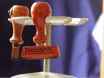 Stempelkarussell mit Stempel &quot;bezahlt&quot;