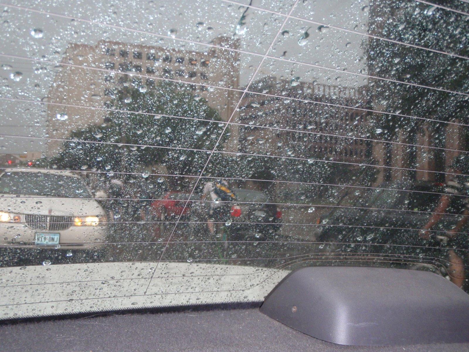[austin+fixies+in+rain.jpg]