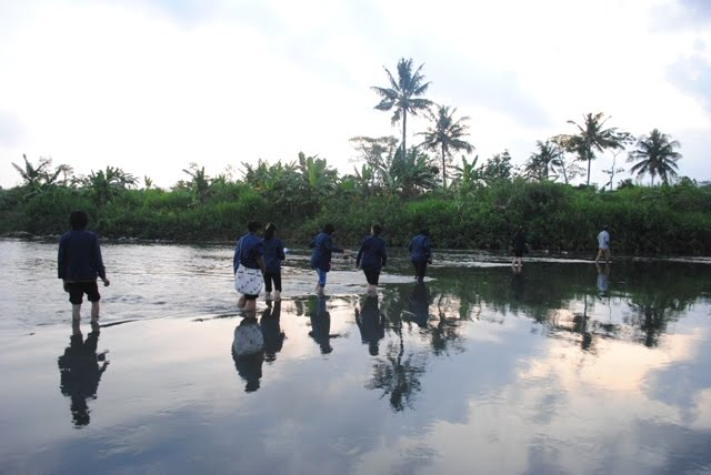 Akses menuju tempat penyuluhan melewati anak sungai dan perkebunan