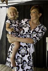 Jag och Tindra i matchande klänningar från Meandi (me&I)