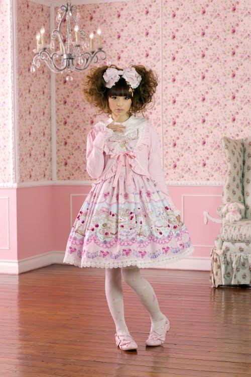 pearl lolitas http://gracyee-xoxo.blogspot.com/2010/10/newbies-guide-to-lolita-lots-of-great.html