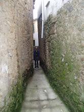Por estas calles estrechas se llega a la puerta de la 7 herraduras