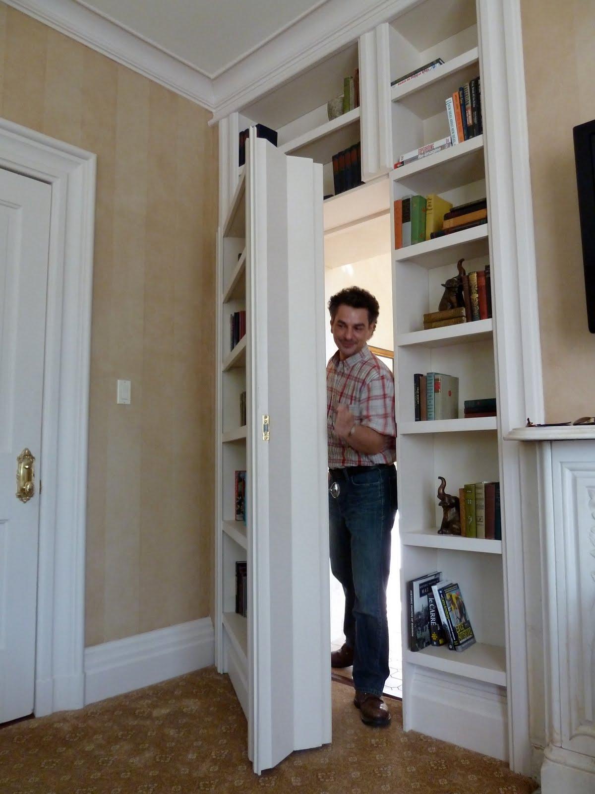 24 fleurs un passage secret entre la chambre et la salle de bains. Black Bedroom Furniture Sets. Home Design Ideas