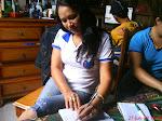 Eu estudando em grupo na  casa da minha colega.