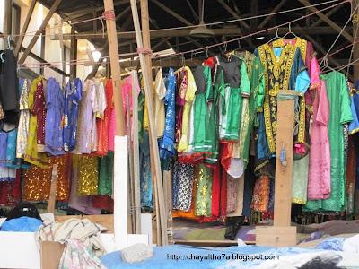 c6b02a238 سوق الحريم وهو جزء من سوق المباركيه فيه البخانق والاثواب وملابس من التراث  (( الناس تشتريهم للقرقيعان ))