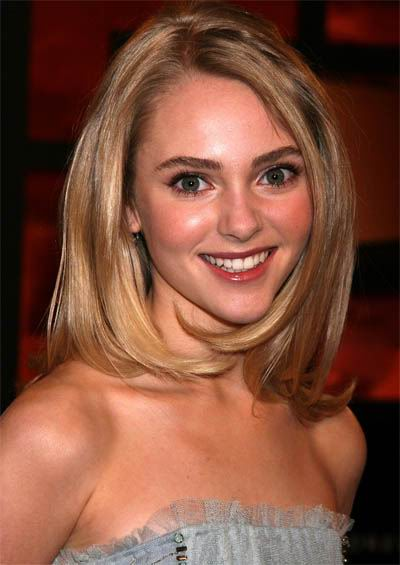 Anna Sophia Robb wears medium length bob hairstyle, very beautiful!