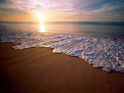 Um belo amanhecer por entre a espuma do mar