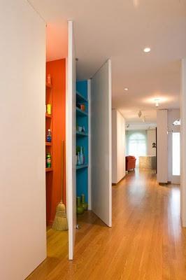 se esconden tras unas puertas altas hasta el techo y mismo acabado que las paredes con divertidos y interiores pintados de color intenso