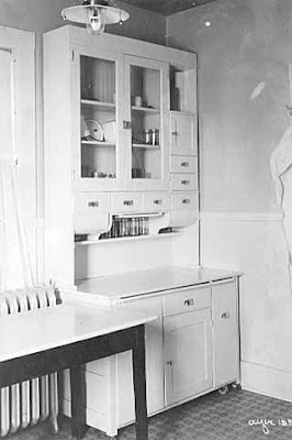 The evil style queen musings on period kitchens for Period kitchen cabinets