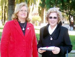 La Prof. Gladys Canziani entrega de un pergamino a la Sra. Teresa Pereira de Osorio