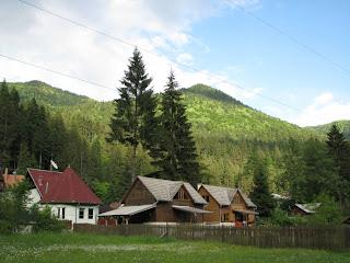 Case pe langa casa de langa malul de riu