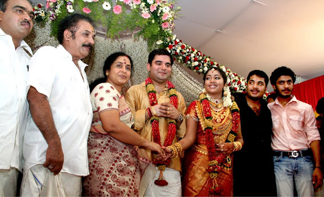 [Vinu+mohan+and+his+family+in+navya+reception.jpg]