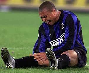 Ronaldo lesionado en el campo de futbol