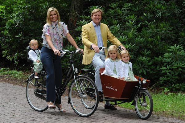 Willem Alexander op een bakfiets