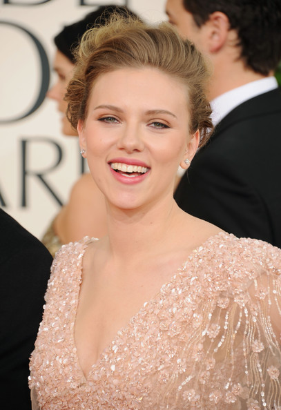 Newly single Scarlett Johansson arrives at the 2011 Golden Globes looking a