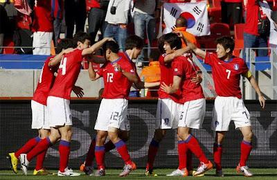 Corea del Sur ganó 2-0 a Grecia y picó en punta en el Grupo B