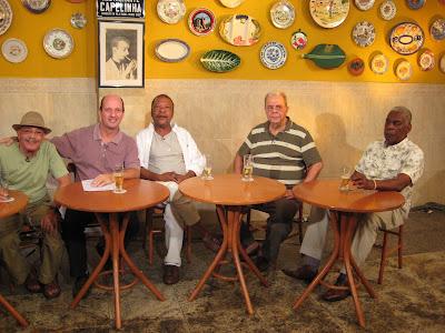 No Capelinha, sob os auspicios de Noel Rosa: Aluísio Machado, Marcos Uchôa, Martinho da Vila, Sérgio Cabral e Haroldo Costa