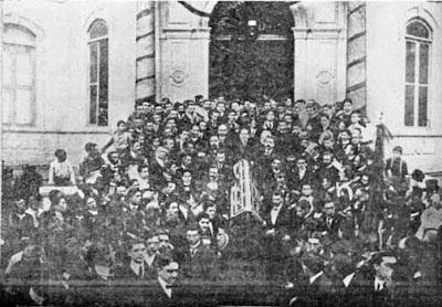 Euclydes no enterro de Machado de Assis, em 1 de outubro de 1908. Ele carrega o caixão, juntamente com Olavo Bilac, Graça Aranha, Coelho Netto, Rui Barbosa, Raimundo Correia, Rodrigo Otávio e Affonso Celso