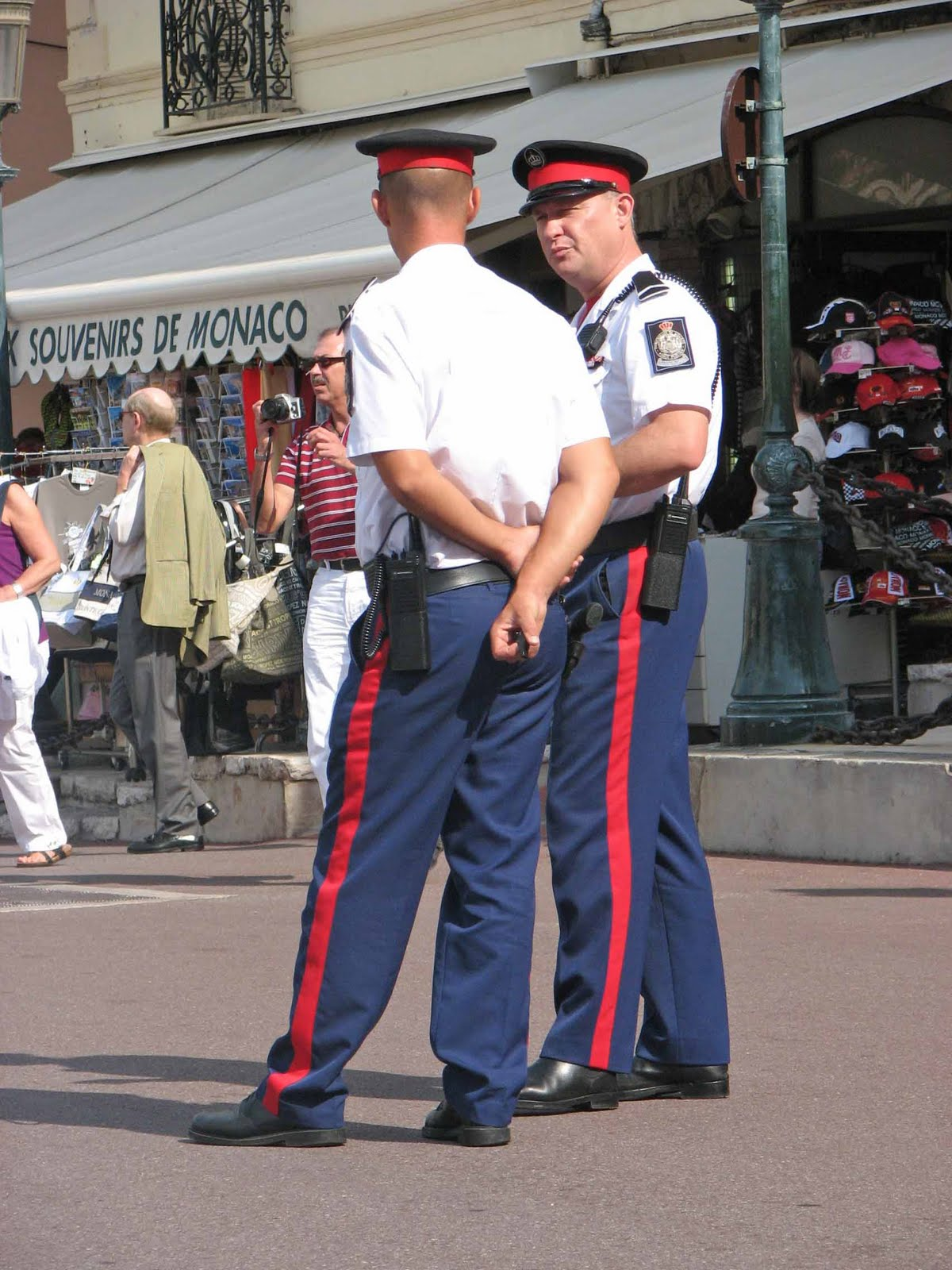 http://4.bp.blogspot.com/_xJeBWfrpmx4/SxJBlJGvjYI/AAAAAAAAAoM/INz8TqaVAd8/s1600/Gendarmes+near+the+palace,+Monaco+2.jpg