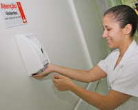 Uso do álcool líquido ou gel para higienização das mãos nas unidades de saúde do país foi determinado pela Anvisa