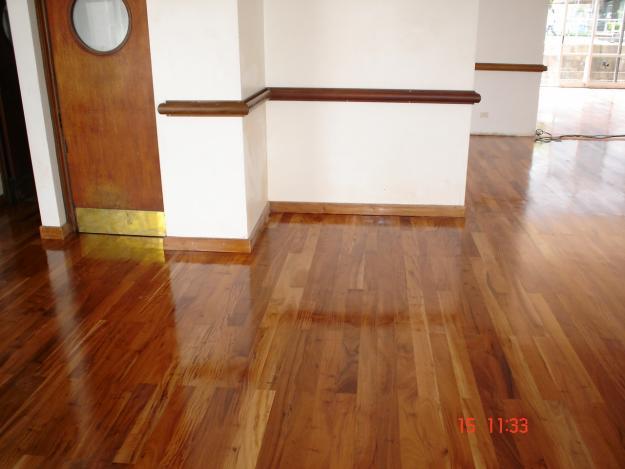 Pulidos y plastificados de pisos de madera for Pisos de bar madera