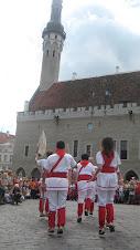 Bastoners de Malla dansant a la plaça de l'ajuntament de Tallinn, Estònia