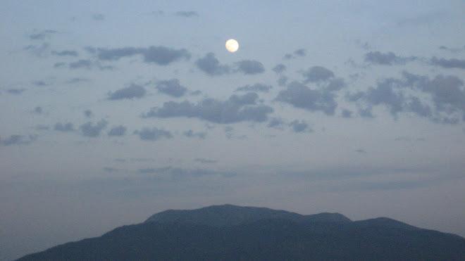 La lluna sobre el Matagalls